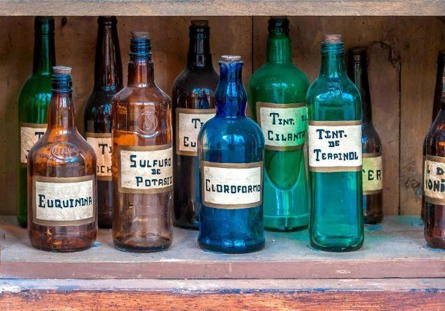 Des-anciens-flacons-de-pharmacie