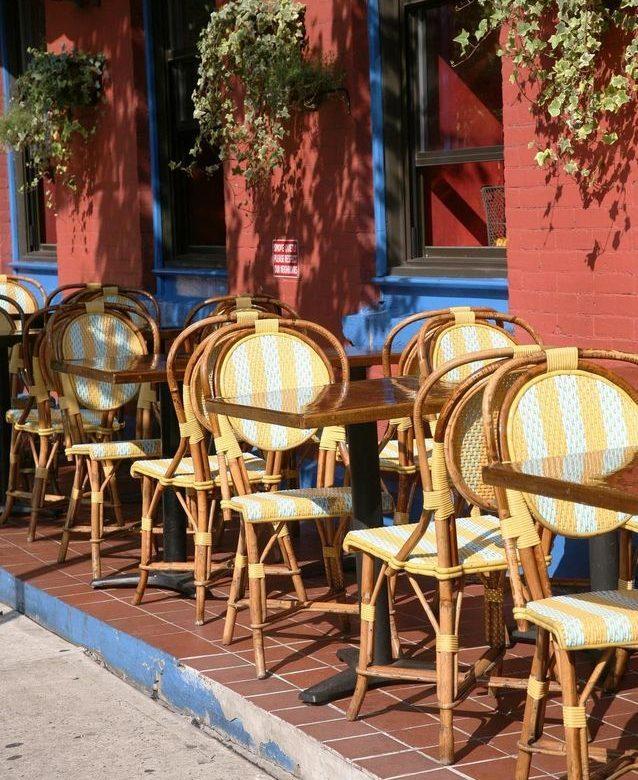 Une-table-et-des-chaises-de-bistrot-parisien
